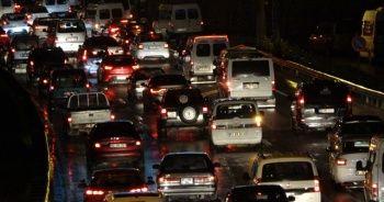 Şiddetli yağış sonrası trafik kilitlendi