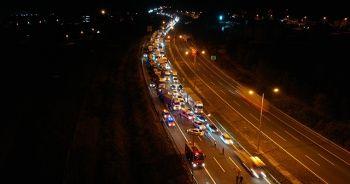 TEM'de dorsesi yanan ip yüklü tır otoyolu trafiğe kapattı