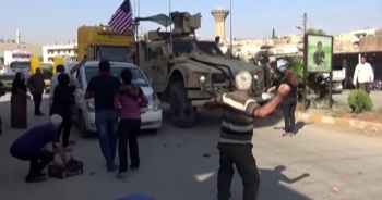 Teröristler Kamışlı'dan çekilen ABD askeri konvoyuna patates attı