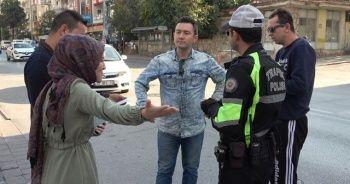Yaya uygulamasında polise sürücülerden hem tepki hem övgü