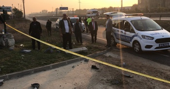 Yol kenarında bekleyen kişiye otomobil çarptı