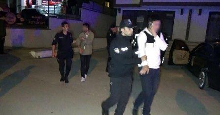 Arabada uyuşturucu partisini polis bastı