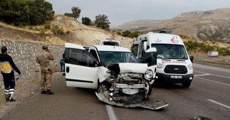 Askeri personel taşıyan araç kaza yaptı: 3'ü asker 5 yaralı