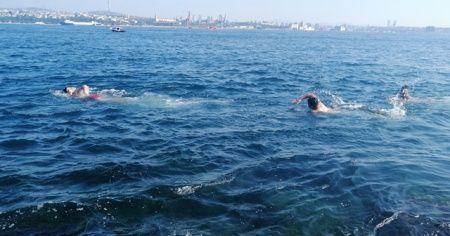 Güneşi gören vatandaşlar Sarayburnu'nda deniz girdi