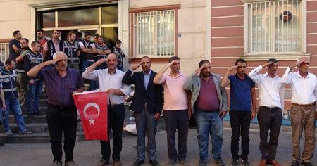 HDP önündeki ailelerden 'asker selamlı' destek