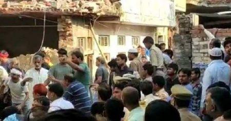 Hindistan'da iki katlı bina çöktü!
