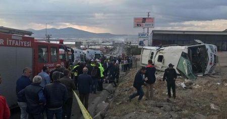 İşçi servis midibüsü devrildi: 20 yaralı