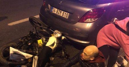 Küçükçekmece'de çekici bekleyen otomobile motosiklet çarptı