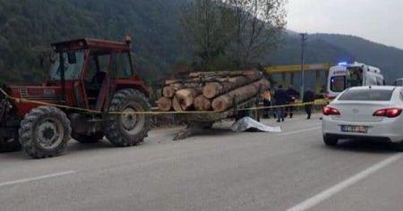 Traktörden çıkan römork devrildi