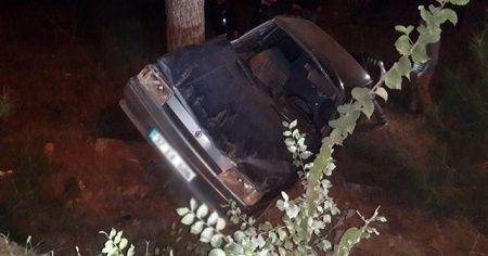 Yoldan çıkan otomobil ağaca çarptı