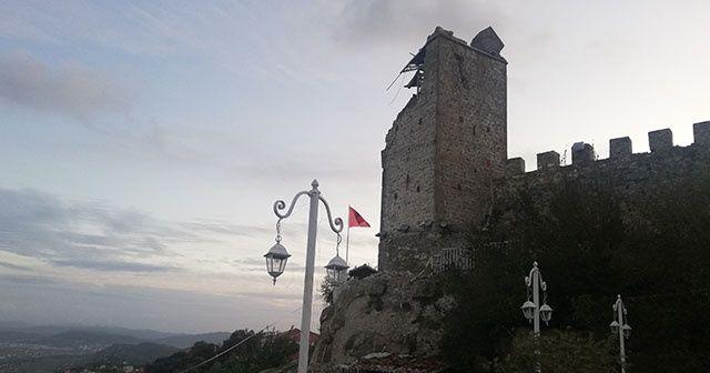 Arnavutluk'ta deprem sonrası 500 yıllık Preza Kalesi'nin duvarları yıkıldı