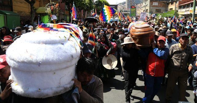 Cenazeleriyle birlikte yürümek isteyen protestoculara sert müdahale