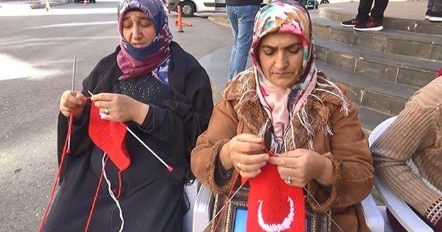 Diyarbakır anneleri ördükleri boyunlukları Barış Pınarı'na katılan Mehmetçiğe gönderdi
