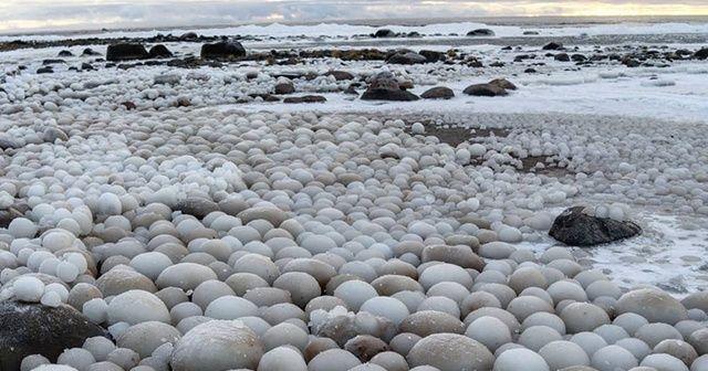 Finlandiya'da yumurta şeklinde buz topları plajı kapladı