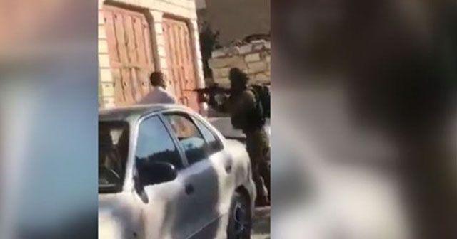 İsrail askeri Filistinli babaya çocuğunun önünde silah doğrulttu
