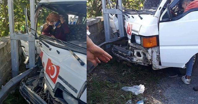 Minibüs elektrik direğine çarptı: 2 yaralı