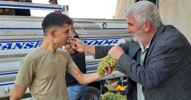 Suriye sınırındaki vatandaşlardan Mehmetçiğe meyve ikramı