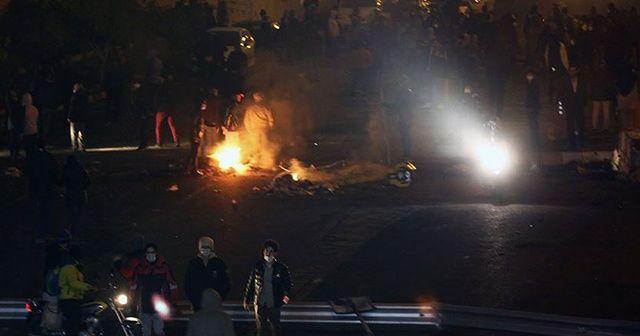 Tahran'da devlete ait binalar ve iş yerleri ateşe verildi
