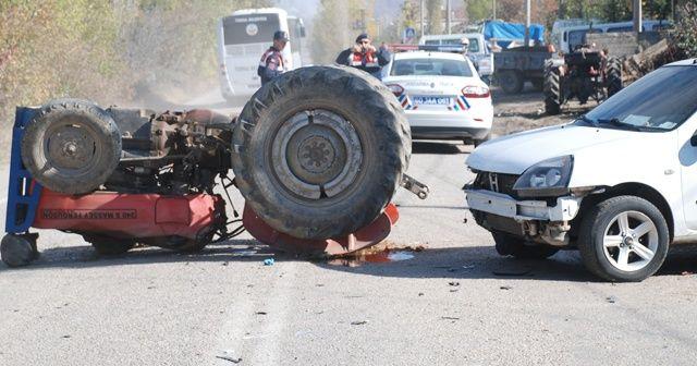Tokat'ta otomobilin çarptığı traktör devrildi: 2 yaralı