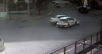 İki otomobilin birbirine girdiği kaza kamerada