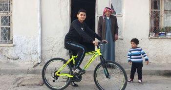 Mendil satan Suriyeli çocuğa 'bisiklet' sürprizi
