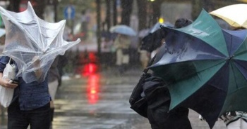 Taksim'de rüzgar vatandaşlara zor anlar yaşattı