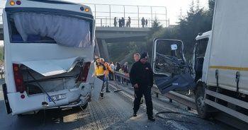 TEM'de turistleri taşıyan midibüse kamyonet çarptı