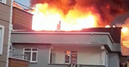 5 katlı iki binada çıkan çatı yangını paniğe neden oldu