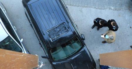 7 metreden arabanın üzerine atladı