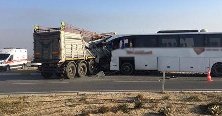 Afyonkarahisar'da yolcu otobüsü ile tır çarpıştı
