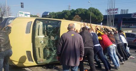 Bağcılar'da yolcu minibüsü ile hafif ticari araç çarpıştı: 5 yaralı