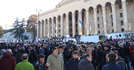 Binlerce gösterici parlamento binasını kuşattı