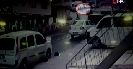 Genç kız tıka basa dolu minibüsten düştü