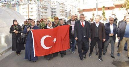 Gurbetçilerden HDP önünde evlat nöbeti tutan ailelere anlamlı ziyaret
