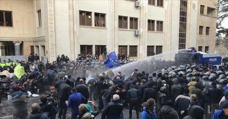Gürcistan'da parlamentoyu kuşatan göstericilere polis müdahalesi: 37 gözaltı, 6 yaralı