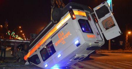 Hasta taşıyan ambulans otomobille çarpıştı: 1 ölü, 9 yaralı