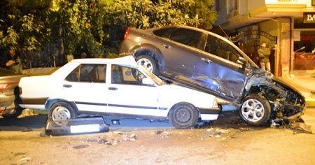 İstanbul'da sıcak saatler! Polis'ten kaçtı, 6 araca çarptı
