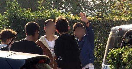 Önce kaza yaptılar, sonra kameraya el salladılar