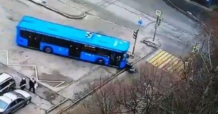 Rusya'da halk otobüsü yaşlı kadını ve torununu ezdi
