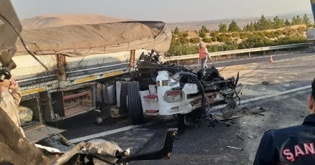 Şanlıurfa'da korkunç kaza! Uyuyakalan tır şoförü bariyerlere çarparak durabildi