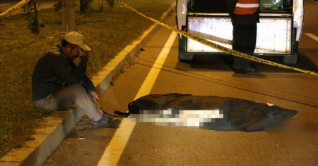 Kazada ölen babasının başında gözyaşı döktü