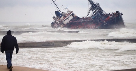 Ukrayna'da gemi karaya oturdu