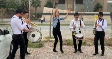 Ünlü Blogger'ın boşanma sevinci: Bando eşliğinde 'erik dalı' ile kutlama yaptı