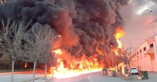 Barcelona'da geri dönüşüm fabrikasında yangın