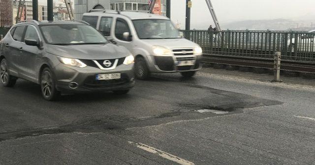 Galata Köprüsü'ndeki çukurlar sürücülere zor anlar yaşattı