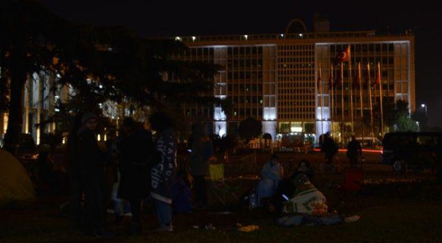 Hayvan severlerin İBB önündeki fayton eylemi gece boyunca devam etti