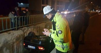 Alkollü sürücünün kullandığı otomobil su kanalına devrildi