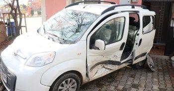 Bolu'da, kaza yapan hafif ticari araç evin bahçesine uçtu