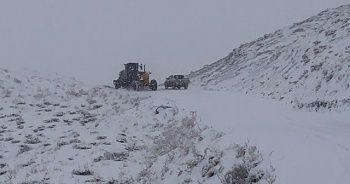 Kar yağışıyla kapanan köy yolları ulaşıma açılmaya çalışılıyor