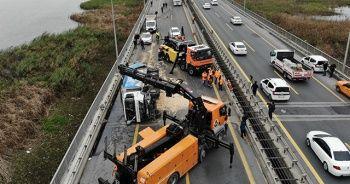 TEM Otoyolu'nda çöp kamyonu devrildi